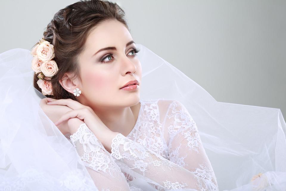 Brautmode: Brautkleider/Hochzeitskleider, Brautschuhe, Brautschmuck